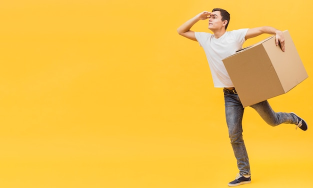 Copy-space playful delivery man Free Photo