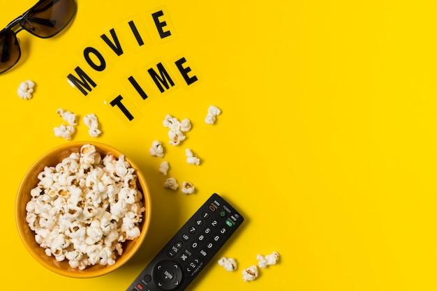 Copy-space попкорн и пульт для тв Premium Фотографии