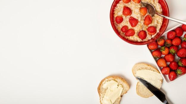 Copy space porridge with strawberries arrangement on plain background Free Photo