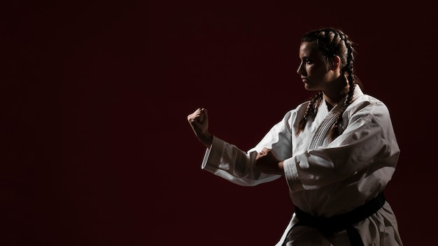 Copy space red background and woman in white karate uniform Free Photo