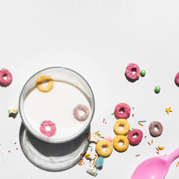 Copy space white background with fruit loop Free Photo