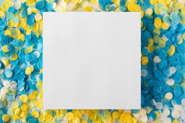スペースホワイトカードと紙吹雪をコピー 無料写真