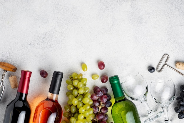 Винные бутылки copy-space выровнены по столу Premium Фотографии