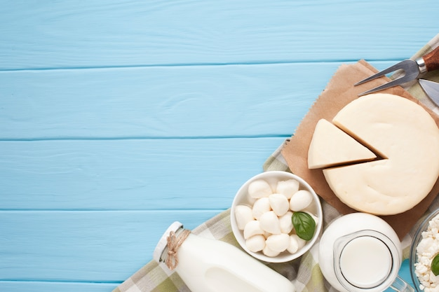 Copy space with dairy products on chopping board Free Photo