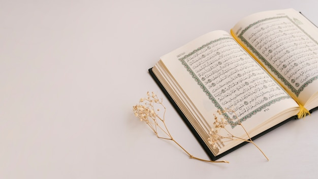 Copy space with opened quran Free Photo