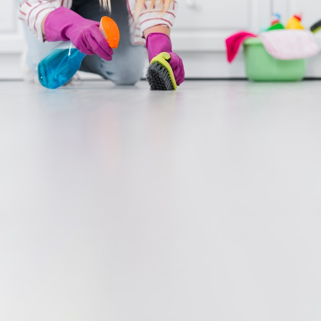 Copy-space woman cleaning floor Free Photo