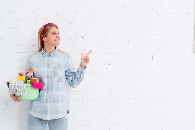 Copy-space женщина делает домашние дела Premium Фотографии