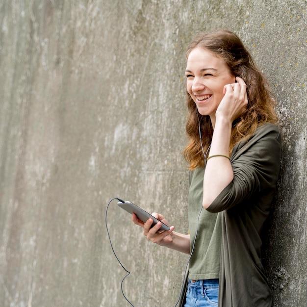 Copy-space женщина слушает музыку Бесплатные Фотографии