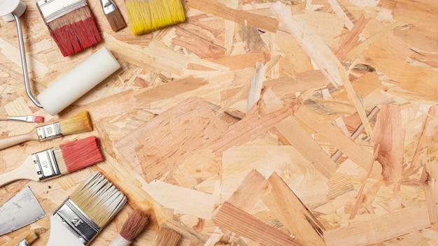 スペースの木製の背景とペイントブラシをコピーします。 無料写真