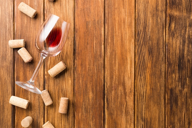 Copy space wooden background with corks Free Photo