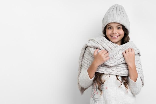 Copy-space маленькая девочка подготовила к зиме Бесплатные Фотографии