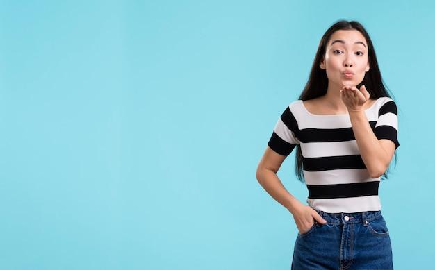 Copy-space женские дующие поцелуи Бесплатные Фотографии