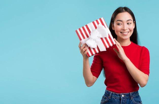 Copy-space женский с подарочной коробкой Бесплатные Фотографии
