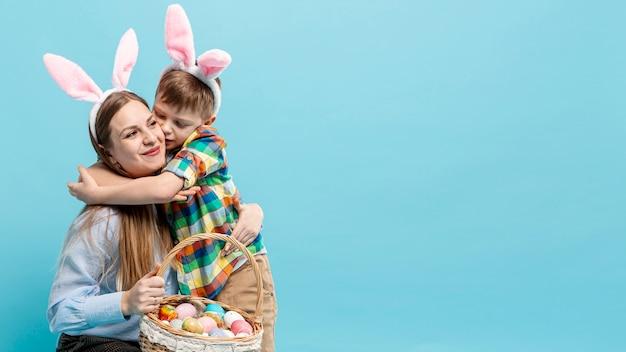 Copy-space маленький мальчик обнимает маму Бесплатные Фотографии