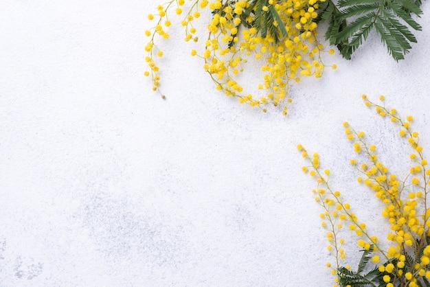 Copy-space весенние цветы на столе Бесплатные Фотографии