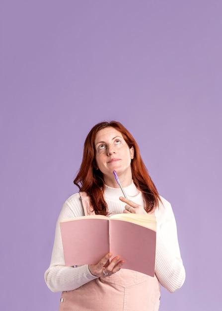 Copy-space беременная женщина читает книгу Бесплатные Фотографии