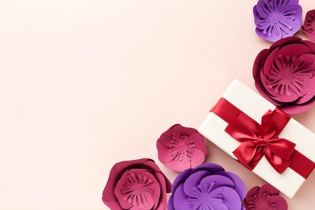 Copy-space подарок и растительный орнамент Бесплатные Фотографии