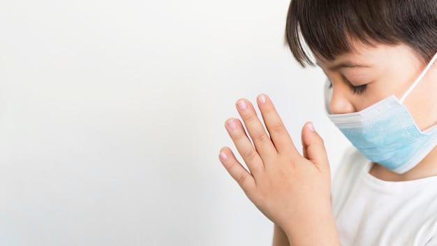 Copy-space маленький мальчик молится Бесплатные Фотографии