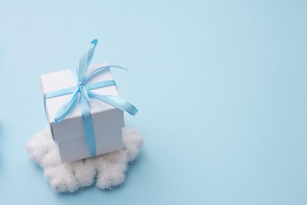 スノーフレーク、幸せな新年を迎える季節のcopycopyspace、afポイントの選択とぼやけと青の白いギフトボックス。 Premium写真