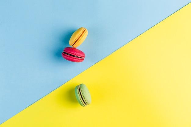 青と黄色のcopyspace、平面図、copyspaceとflatleyに色とりどりのマカロン Premium写真