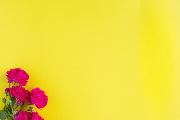 美しい赤いリボンとローズ、バレンタイン、記念日、母の日、誕生日の挨拶、copyspace、topviewのコンセプトのクラフトギフトボックス。 Premium写真