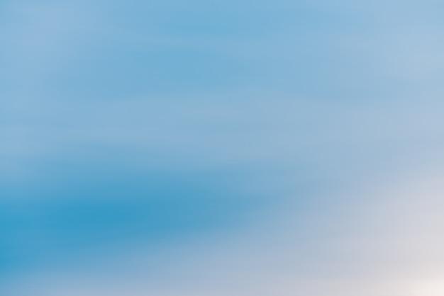 明るい雲と青い日晴れた空。空の滑らかな青白のグラデーション。素晴らしい天気。朝の背景。 copyspaceと朝の天国。少し曇りの背景。晴れた日の雰囲気。 Premium写真