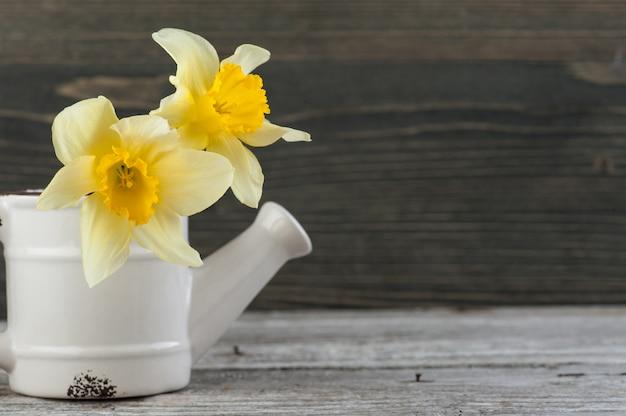 木製のテーブルの上に花瓶に黄色い花。 copyspace Premium写真