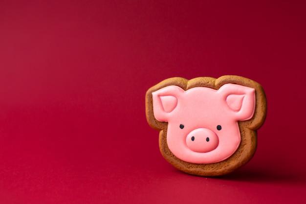 赤いcopyspaceにかわいいピンクのブタのジンジャーブレッドクッキー Premium写真