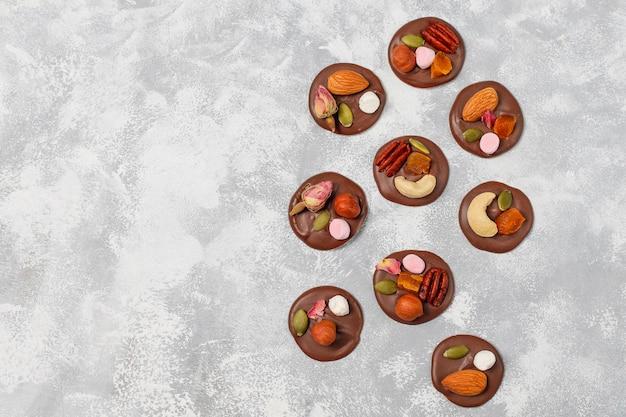 手作りのチョコレートメダン、クッキー、バイト、キャンディー、ナッツ。 copyspace。上面図。 無料写真