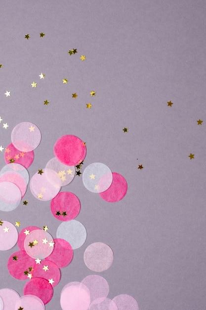 Copyspaceとグレーの金の星とピンクの紙吹雪 Premium写真