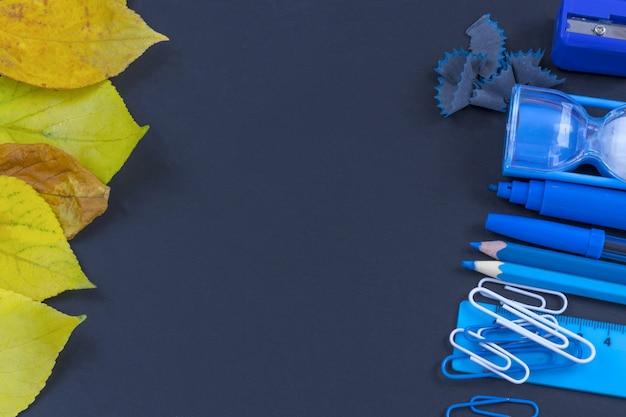 Образование или обратно в школу. голубые школьные принадлежности на классн классном с copyspace. Premium Фотографии