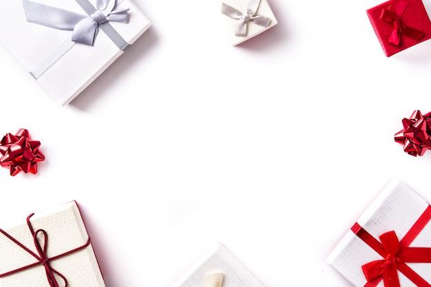白トップビュー、copyspaceに分離された白と赤のギフトボックス。 Premium写真