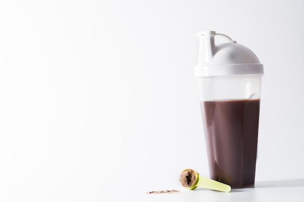 チョコレートプロテインシェークに孤立した白い背景copyspace Premium写真