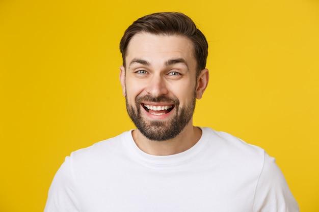 分離された驚きや満足の表情を持っているcopyspaceを見て若い男。 Premium写真