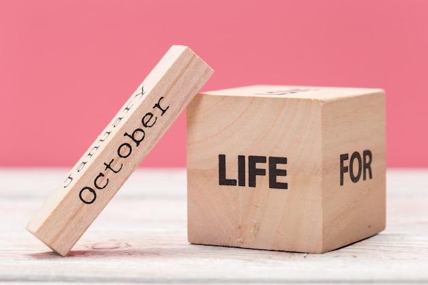 Деревянные кубики с текстом на столе над розовым с copyspace для текста Premium Фотографии