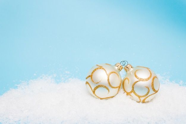 雪の中、copyspaceのクリスマスツリーのボール付きのクリスマスカード Premium写真