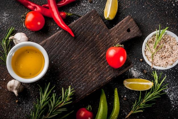 食材、オリーブオイル、ハーブ、スパイス、暗いさびたトップビューcopyspace Premium写真