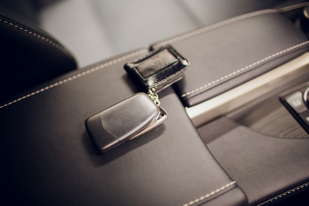 車のキーを渡します。車のキーを保持しているクローズアップの車のディーラーをトリミングカメラcopyspace車のディーラーサロンマネージャーセールスマン売りを与える所有者職業購入車両コンセプト Premium写真