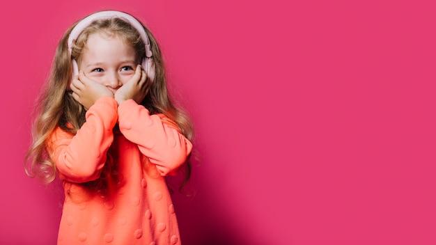 若い女の子とcopyspace 無料写真