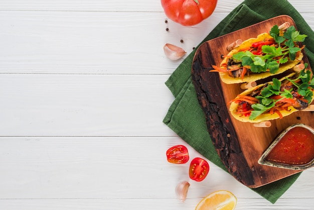 Плоская композиция из мексиканской еды с copyspace Бесплатные Фотографии