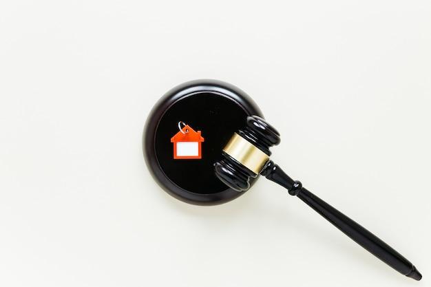 Взгляд сверху деревянного цепочки для ключей формы молотка и дома с предпосылкой copyspace Бесплатные Фотографии