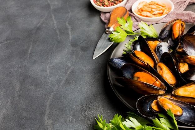 ハイアングルクローズアップムール貝とワインのcopyspace 無料写真