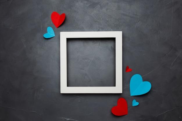 Квадратная белая пустая рамка с сердечками на сером фоне текстурированных с copyspace Бесплатные Фотографии
