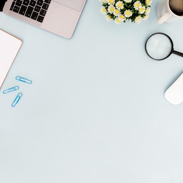 Copyspaceと青の背景にコーヒーとデスクのコンセプト 無料写真
