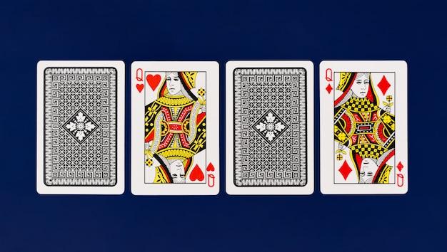 Королева игральных карт с простым синим фоном для покера и казино copyspace Premium Фотографии