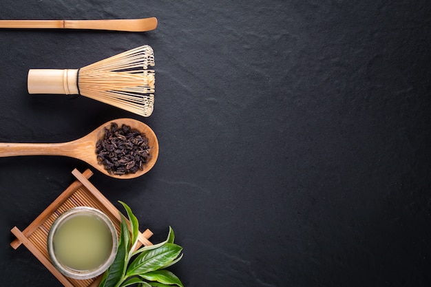 Copyspaceと木製の表面の背景にボウルに緑茶抹茶のトップビュー Premium写真