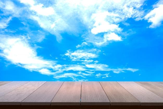 Деревянный стол с видом на закат небо фоне. вы можете использовать для отображения продуктов. copyspace. Premium Фотографии