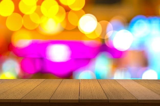 Деревянные полки с размытым фоном. вы можете использовать для отображения продуктов. copyspace. Premium Фотографии