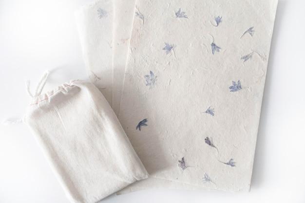 Ватная сумка таро с текстурными бумажными листами. карточка таро бохо на белом столе с copyspace Premium Фотографии