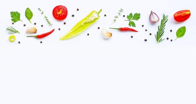 様々な新鮮な野菜やハーブcopyspaceと白い背景の上。健康的な食事のコンセプト Premium写真